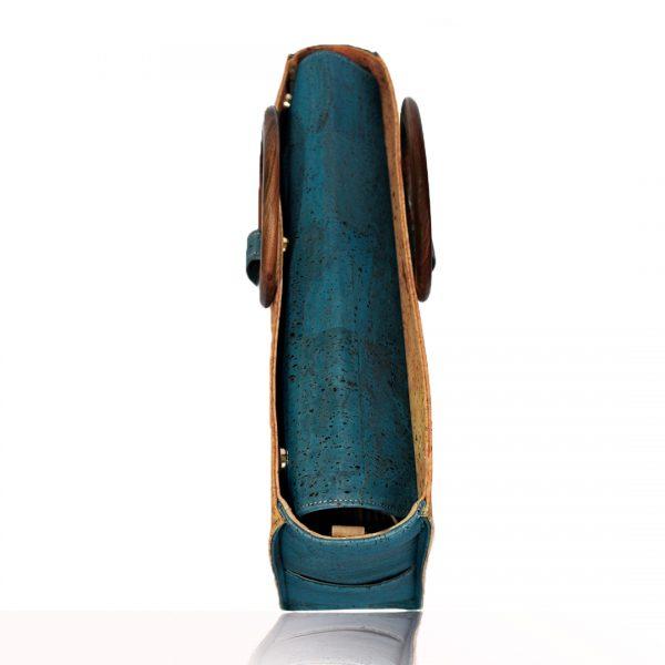 Draufsicht auf die grüne Kork-Business-Tasche Bossy von Bag Affair mit vollständig geschlossenem Verschluss dank Magneten und seitlich positionierten runden Holzgriffen