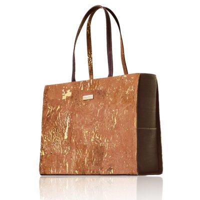 Classy gold-natürliche und braune farbige Kork-Tasche mit langen Riemen auf weißem Hintergrund