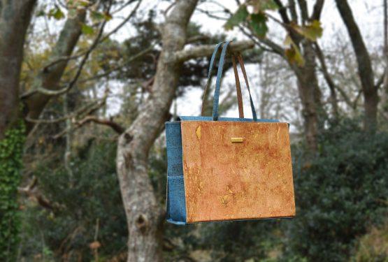 Bag Affair Classy Geschäftstasche im grünem Kork, welche am Baumast hängt