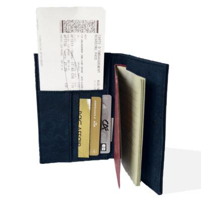 Offene Sicht auf die Passhülle in Schwarz und Marine Kork, innen mit Pass, Bordkarte und Karten gefüllt