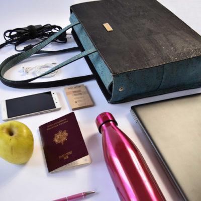 Classy Business-Tasche mit Tascheninhalt wie Computer, Flasche, Telefon, Stift, Apfel, Reisepass und Ladegerät
