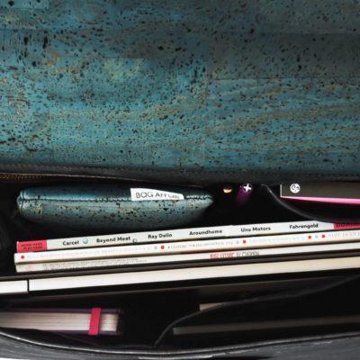 Innenansicht der Classy Geschäftstasche, die Laptop, Dokumente, Bücher und Stifte zeigt