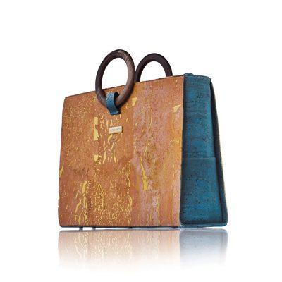 Businesstasche Bossy von Bag Affair aus gold-naturfarbenem Kork mit grünen Kork- und Walnussholzgriffen mit weißem Hintergrund