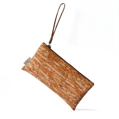Clutch von Bag Affair aus Fenchel und Kork mit weißem Hintergrund