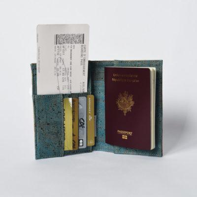 Offene Ansicht der Reisepasshülle, grüner Kork der Innenseite, einen Pass, eine Bordkarte und Karten, weißer Hintergrund