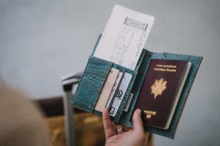 Freier Blick auf die gefüllte Reisepasshülle, die über dem Gepäck liegt und eine Sassy Aktentasche trägt