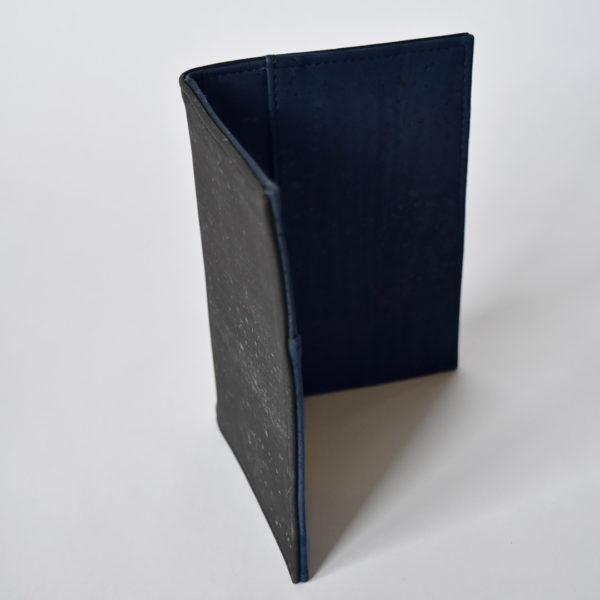 Offene Ansicht der Passhülle, äußeres Schwarzer, innerer Marine Kork, weißer Hintergrund