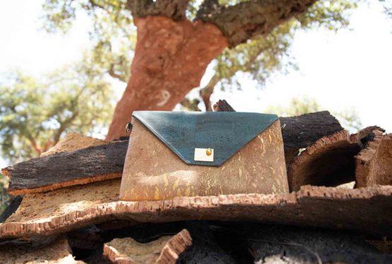 Handtasche Sassy auf Korkrindenhaufen vor einer frisch geernteten Korkeiche mit der Nummer 9 darauf geschrieben